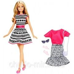 Кукла Барби с набором одежды.
